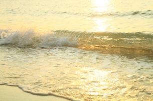 南紀白浜海岸 夕照の波の写真素材 [FYI02078060]