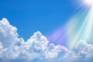光芒射す入道雲と青空の写真素材 [FYI02078099]