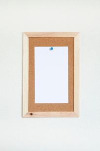 壁にかけたコルクボードとメモの写真素材 [FYI02078148]