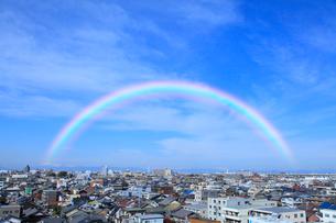 街並と虹の写真素材 [FYI02078306]
