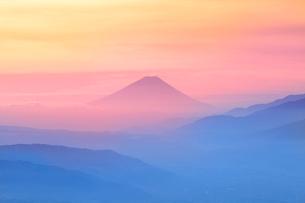 高ボッチ高原より富士山と朝焼けの写真素材 [FYI02078334]