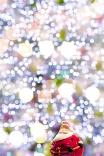 サンタクロースとクリスマスのイルミネーションの写真素材 [FYI02078391]