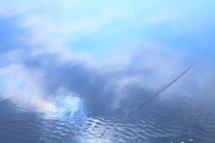 雲が反映する渚の写真素材 [FYI02078398]