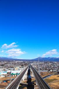 新東名高速道路と愛鷹山の写真素材 [FYI02078459]