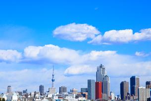 東京港より東京スカイツリーとビル群の写真素材 [FYI02078483]