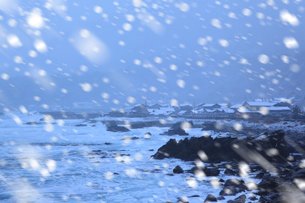 冬の日本海 降雪の漁村の写真素材 [FYI02078603]