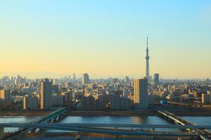 東京スカイツリーと首都高速道路、荒川、中川の写真素材 [FYI02078642]