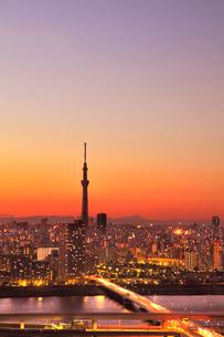 東京スカイツリーと首都高速道路の夕焼けの写真素材 [FYI02078647]