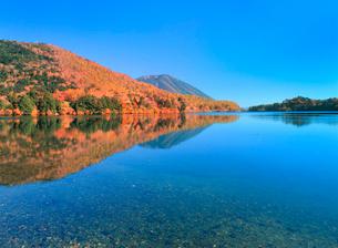 紅葉の湯ノ湖と男体山の写真素材 [FYI02078849]