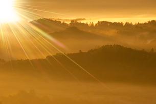 破風山からの朝霧と秩父山地 太陽の写真素材 [FYI02078929]