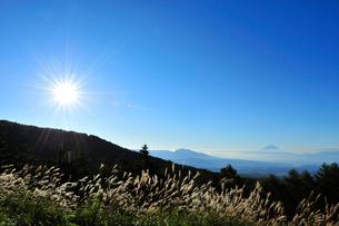 観音平よりススキと富士山 太陽の写真素材 [FYI02079090]
