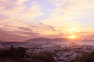 山の辺の道 天香久山、畝傍山、耳成山、二上山と夕日の写真素材 [FYI02079207]