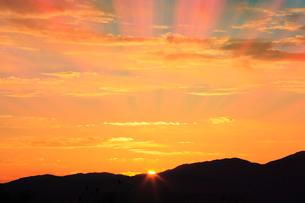 夕日と光芒の写真素材 [FYI02079240]