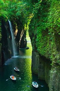 高千穂峡 真名井の滝と手こぎボートの写真素材 [FYI02079519]