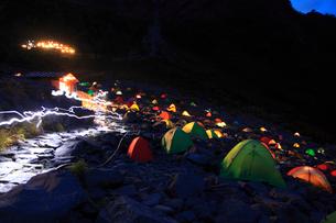 涸沢のキャンプの写真素材 [FYI02079589]
