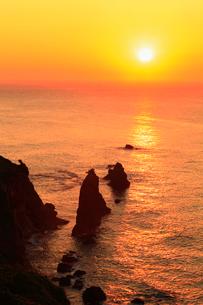 丹後半島 屏風岩と夕日の写真素材 [FYI02079616]