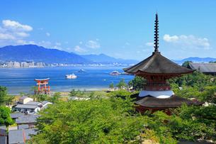 宮島 多宝塔と厳島神社の大鳥居の写真素材 [FYI02079862]