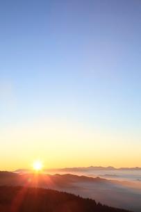 朝日と雲海の写真素材 [FYI02079894]