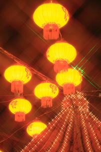 南京町中華街のライトアップの写真素材 [FYI02079980]