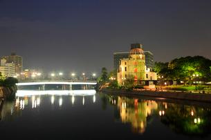 平和記念公園・原爆ドームのライトアップの写真素材 [FYI02080016]