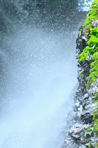 安居渓谷 水しぶきと岩肌の写真素材 [FYI02080028]