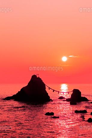 夫婦岩と朝日 二見浦の写真素材 [FYI02080088]