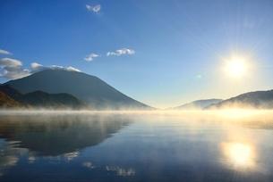霧の中禅寺湖と朝日に男体山の写真素材 [FYI02080203]