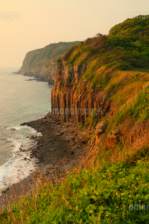 生月島・塩俵の断崖の夕焼けの写真素材 [FYI02080218]