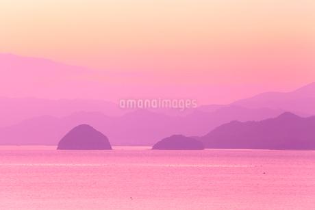 播磨灘 津田の朝 丸亀島と女島の写真素材 [FYI02080628]