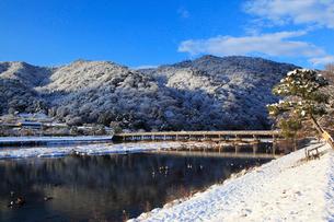 嵐山 渡月橋と雪景色の写真素材 [FYI02080794]