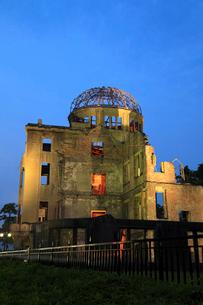 平和記念公園・原爆ドームのライトアップの写真素材 [FYI02080911]
