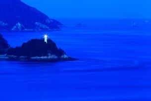 瀬戸内海・馬島 ウズ鼻灯台の夜景の写真素材 [FYI02080933]