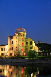 平和記念公園・原爆ドームのライトアップの写真素材 [FYI02081044]