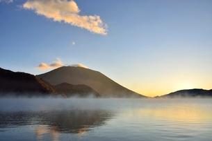男体山の夜明けと霧の中禅寺湖の写真素材 [FYI02081172]