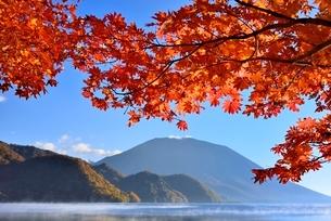 紅葉の中禅寺湖と朝霧に男体山の写真素材 [FYI02081228]