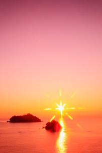 播磨灘 津田の朝日 鷹島と猿子島の写真素材 [FYI02081378]