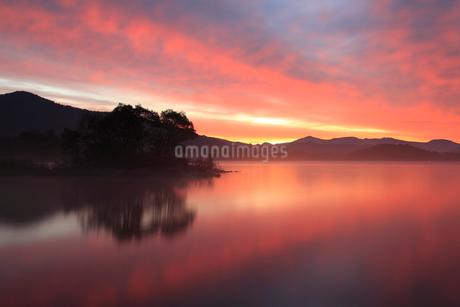 朝焼けの桧原湖の写真素材 [FYI02081513]