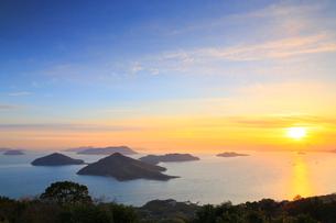 紫雲出山から望む粟島と朝日の写真素材 [FYI02081533]