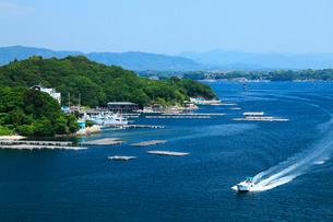志摩半島の和具浦 漁船と真珠養殖場の写真素材 [FYI02081537]