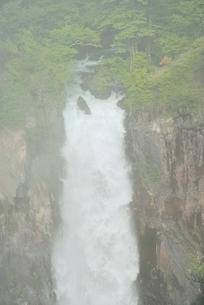 霧と華厳の滝の写真素材 [FYI02081688]