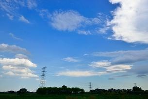 雲と送電線の写真素材 [FYI02081765]