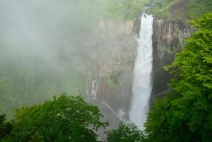 霧と華厳の滝の写真素材 [FYI02081984]