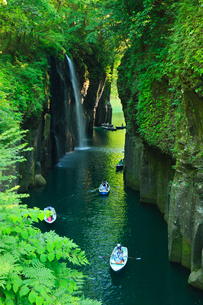 高千穂峡 真名井の滝と手こぎボートの写真素材 [FYI02082186]