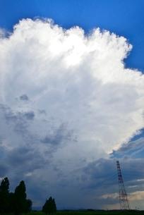 雲と送電線の写真素材 [FYI02082280]