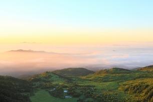 朝焼けの雲海と芳ヶ平の写真素材 [FYI02082386]