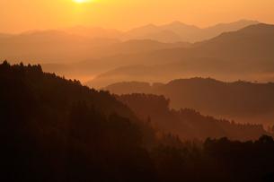 大宇陀戒場から望む山並みと朝焼けの写真素材 [FYI02082405]
