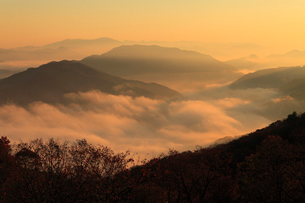 宮垣の雲海と朝焼けの写真素材 [FYI02082411]