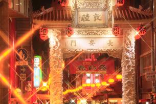 南京町中華街のライトアップの写真素材 [FYI02082494]