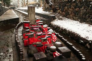 雪景色の奈良公園  率川の舟地蔵の写真素材 [FYI02082527]