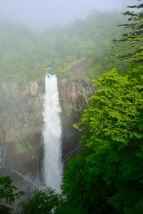 霧と華厳の滝の写真素材 [FYI02082568]